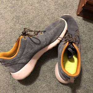 Roshe Nike tennis shoes